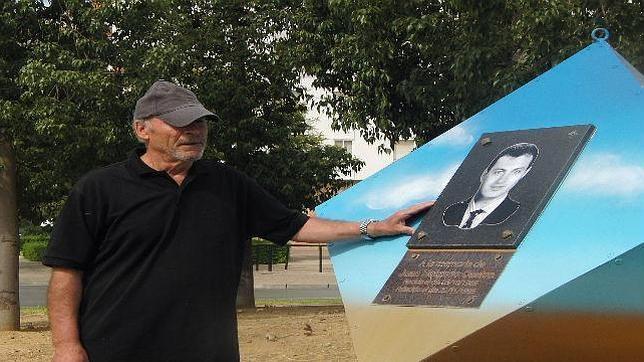 Paco Holgado, ante el monumento que recuerda a su hijo Juan