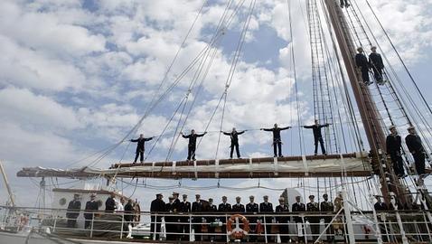 El buque escuela Elcano, a su llegada al muelle de Cádiz