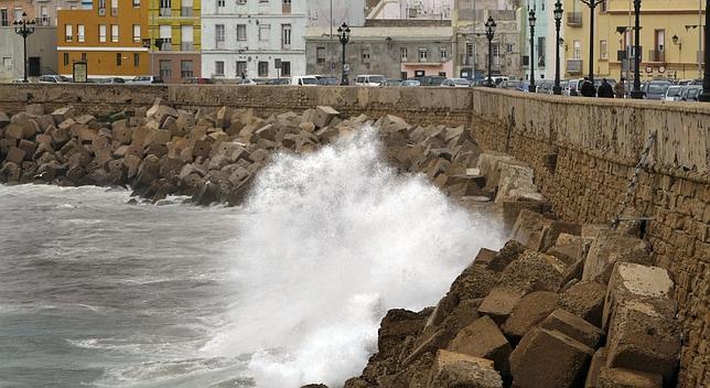Una ola impacta contra el Campo del Sur un día de temporal