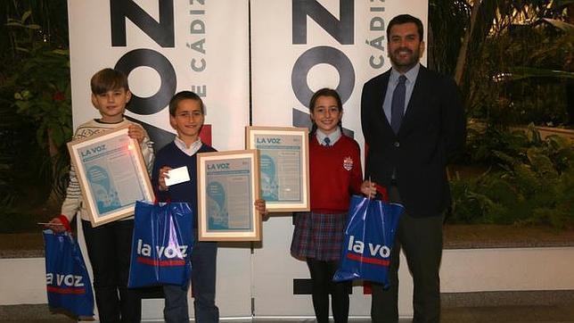 Pablo Nicolás Jiménez González, Pablo Morán López y Cristina Martínez Román con el director de LA VOZ, Ignacio Moreno Bustamante