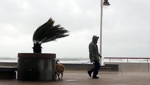 Activada la alerta amarilla en Cádiz por olas, lluvia y viento