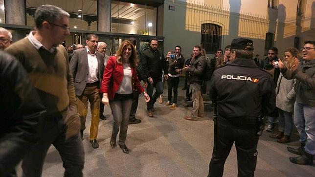 Susana Díaz se lleva una sonora bronca en su visita a Cádiz
