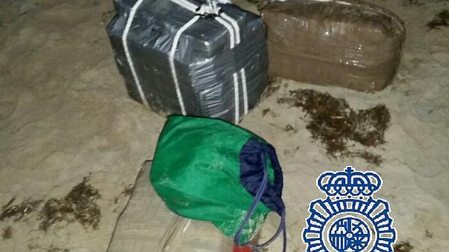 Un agente fuera de servicio frustra un alijo de droga en una playa de Algeciras