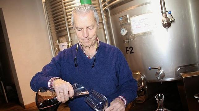 José Ramón García Angulo sirve vino de los depósitos durante la degustación