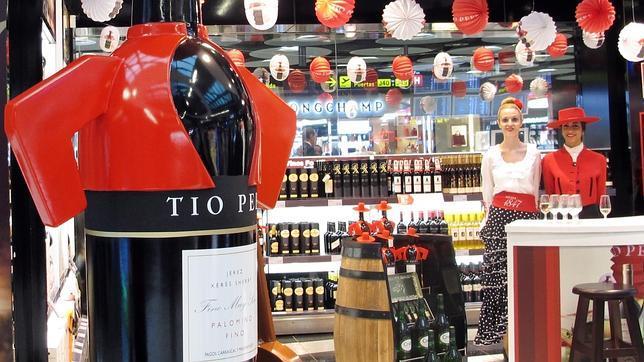 Las botellas de Tío Pepe aterrizan en el aeropuerto de Madrid
