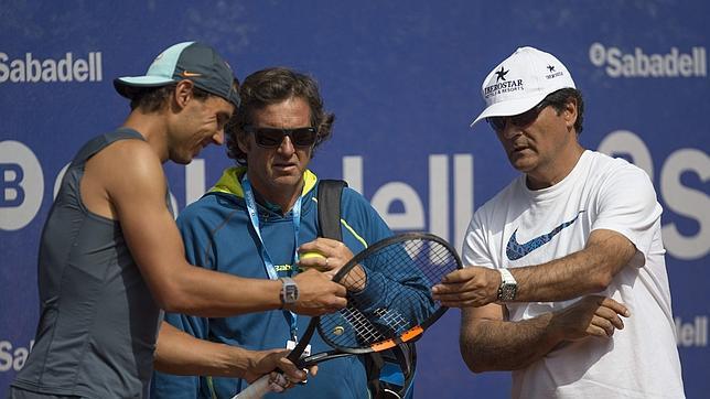 Rafa Nadal conversa con su tío Toni y con Francis Roig en Barcelona