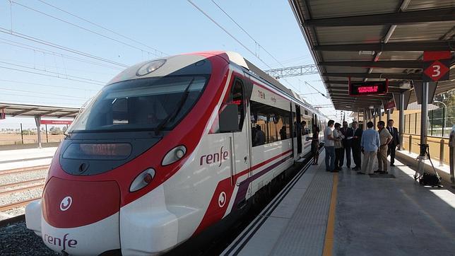 Tren de Cercanías en la estación de Jerez