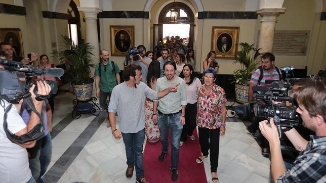 Pablo Iglesias, acompañado por el alcalde, José María González, y Ana Camelo, en el ayuntamiento de Cádiz