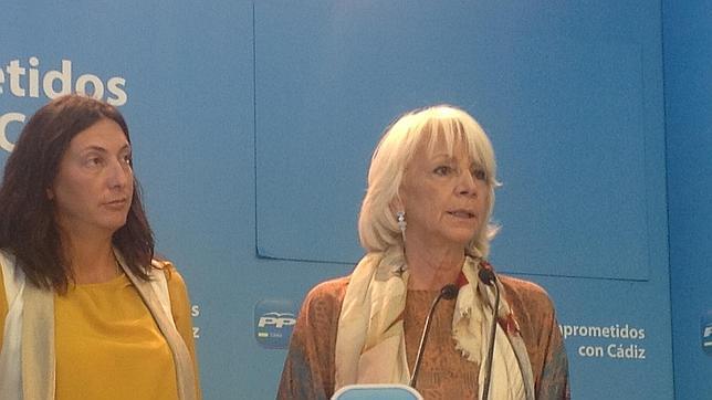 Teófila Martínez, junto a Loles López, durante su intervención esta mañana