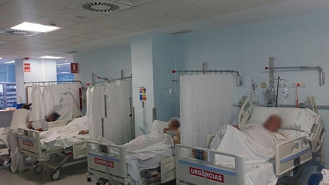 Denuncian la saturación de las Urgencias del Puerta del Mar por el cierre de camas