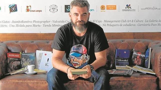 Vicente Marrufo gestiona una librería online.