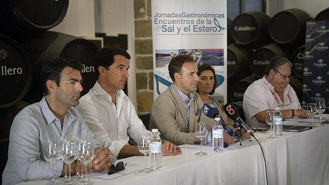 El alcalde de El Puerto junto a Juan Mateo, Olga Romero, Nicolás Terry, y el edil de Turismo, Ángel Quintana, en la Bodega del Castillo de San Marcos.