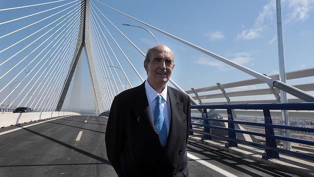 «Todos los gobiernos de un signo y otro entendieron que el puente era necesario»