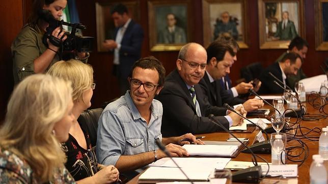 El alcalde de Cádiz se estrena con prudencia en la Zona Franca