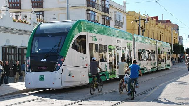 El tranvía estacionado en una de las paradas del recorrido urbano de San Fernando que espera acabar las obras de manera definitiva este año