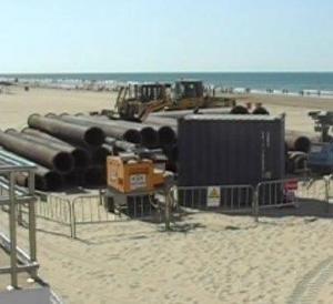 Las máquinas toman la playa de la Victoria