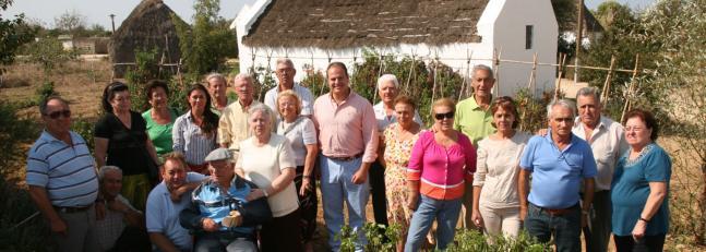 Una veintena de mayores disfrutan de los huertos de mayetería