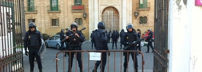 La Policía inicia el desalojo de Valcárcel