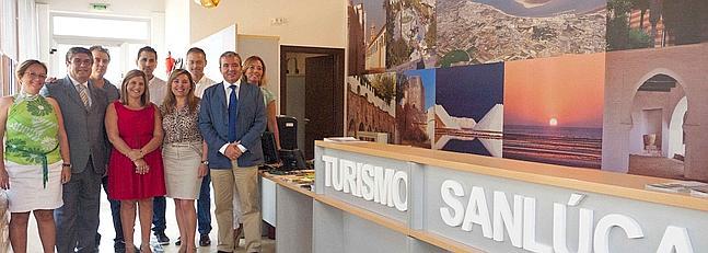 La oficina municipal de turismo de sanlcar estrena la for Oficina turismo cadiz