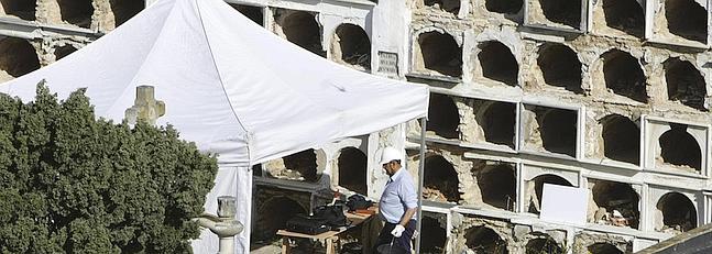 Dos familias se costean la exhumación de posibles casos de bebés robados en Cádiz