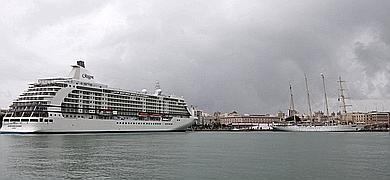 La lluvia no ahuyenta a los cruceros de Cádiz