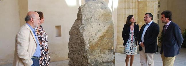 Una estela del Neolítico hallada en el espigón de La Puntilla se expone ya en el museo local
