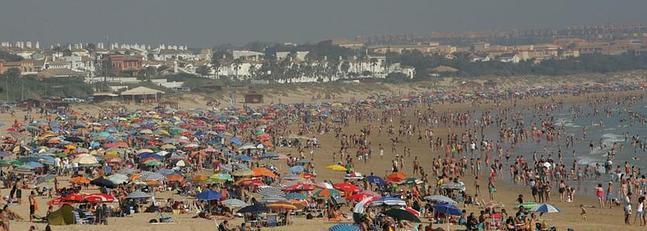 La Barrosa es una de las playas más concurridas en verano.