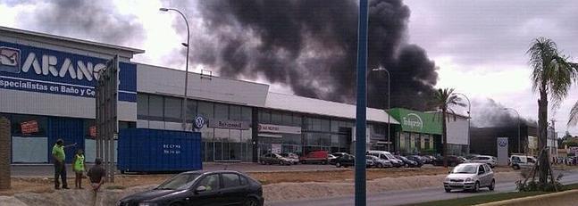Un incendio afecta a cinco naves industriales en chiclana la voz digital - Tiendas de muebles en chiclana ...