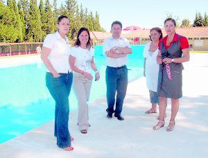 La piscina de guadalcac n abre sus puertas con for Piscina guadalcacin