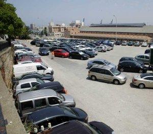 El Ayuntamiento ordena el desalojo del 'parking' de la Cuesta de las Calesas