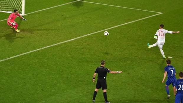 Sergio Ramos tira un penalti con su selección.