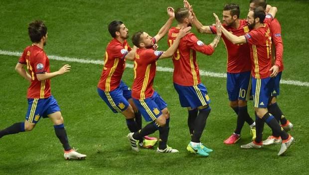 Los jugadores de la selección española celebran el dol.