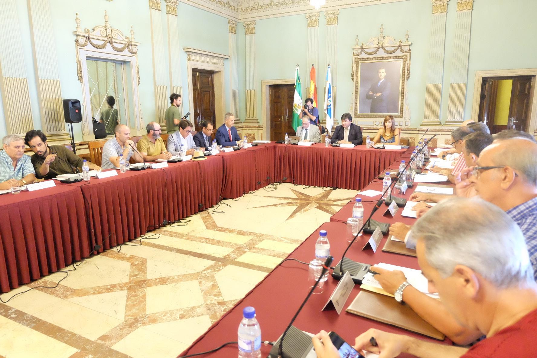 Miembros de la Mesa de los Fosfoyesos reunidos en el Ayuntamiento