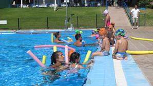 Crece la participación en los cursos de natación de verano de Dos Hermanas