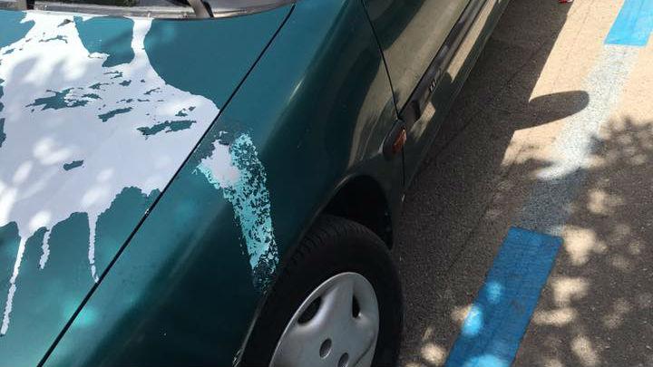 Estado en el que quedó el vehículo de José Antonio Díaz con dos ruedas rajadas