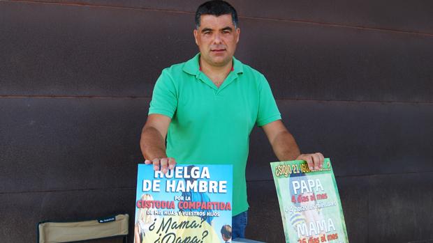 Manuel Reina, apostado a las puertas de los juzgados / L.M.