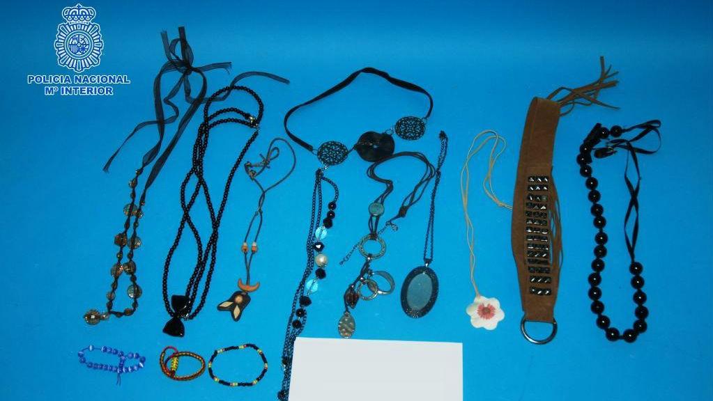 En la imagen, algunos de los 28 objetos recuperados por agentes de la Policía