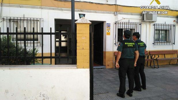 Agentes de la Guardia Civil en el Puesto de Isla Cristina