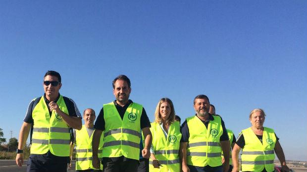 Dirigentes del PP de Cádiz marchan hoy por un arcén de la A-384