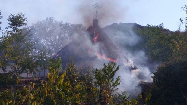 Las llamas han devorado la cubierta de uno de los castilletes del edificio/ABC