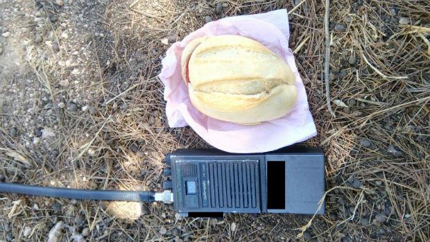 El bocadillo junto a un walkie para que sirva de referencia de su tamaño