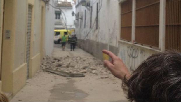 Una persona señala el lugar del derrumbe