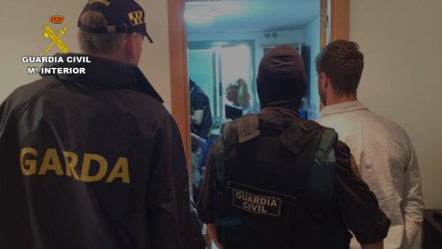 Agentes de la Guardia Civil y la policía irlandesa durante la detención de James Quinn