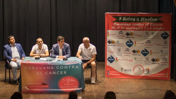 El alcalde y miembros de la organización en la presentación de la campaña