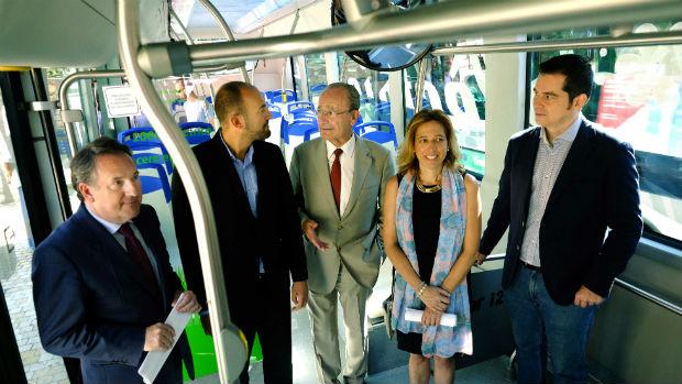 El alcalde, Francisco de la Torre, en el interior del bus totalmente eléctrico / ABC