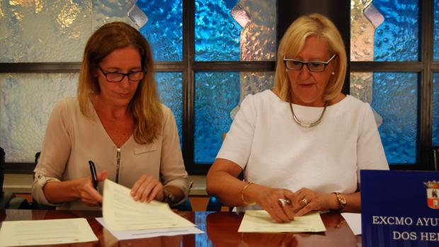 Miranda Benvenuty y Antonia Naharro firman el convenio / L.M.