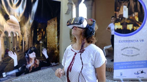 Una mujer prueba la nueva tecnología para «visitar» el monumento / ABC