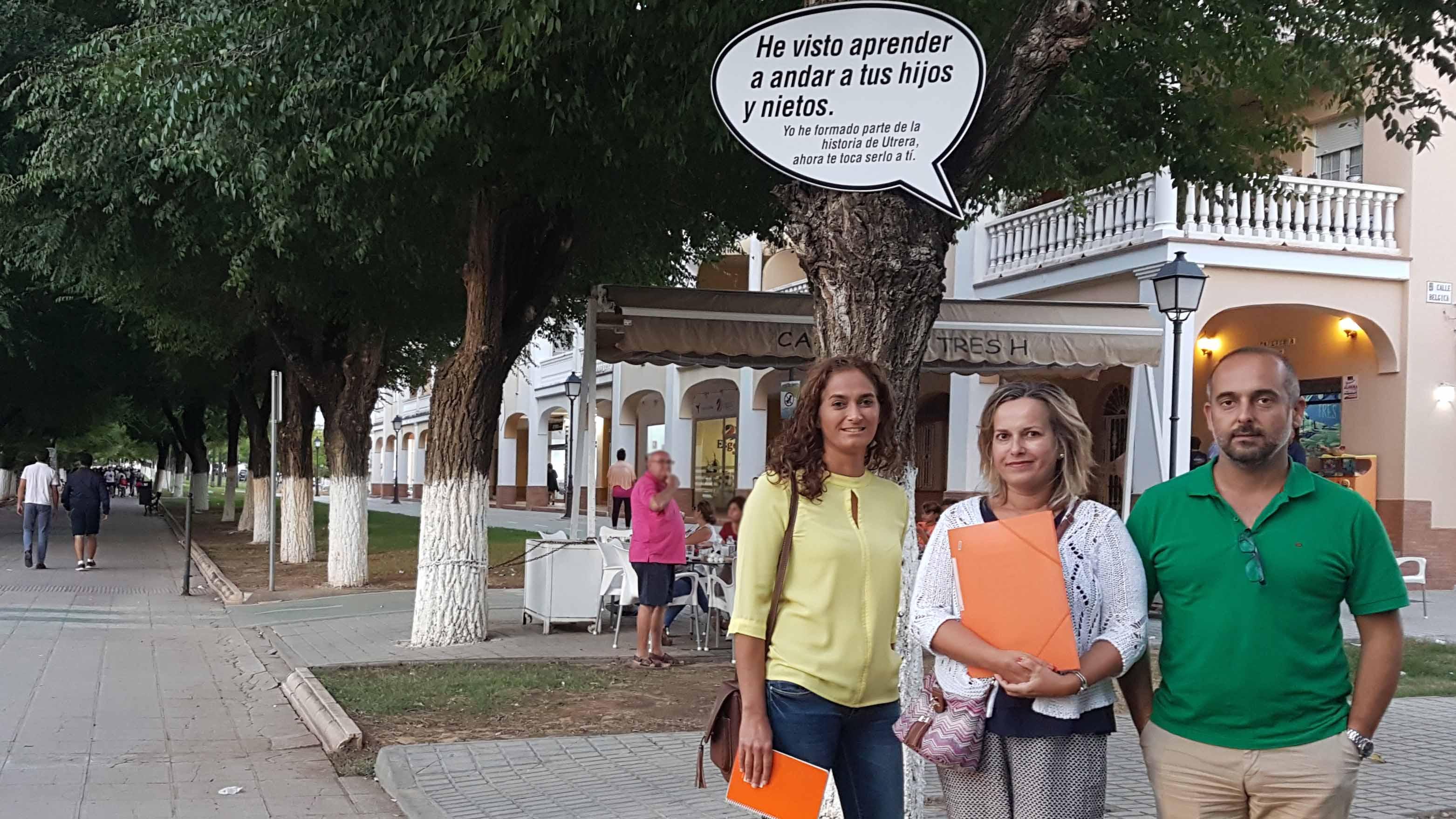 Los representantes de Ciudadanos Utrera en el paseo de Consolación