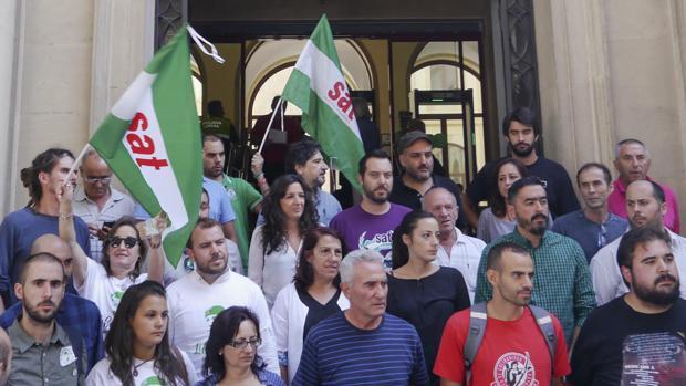 Cargos orgánicos e institucionales de Podemos, IU y el SAT, en la concentración de apoyo a Andrés Bódalo