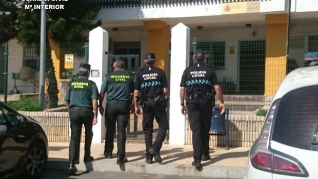 Agentes de la Guardia Civil y de la Policía Local de Lepe, que han practicado los arrestos